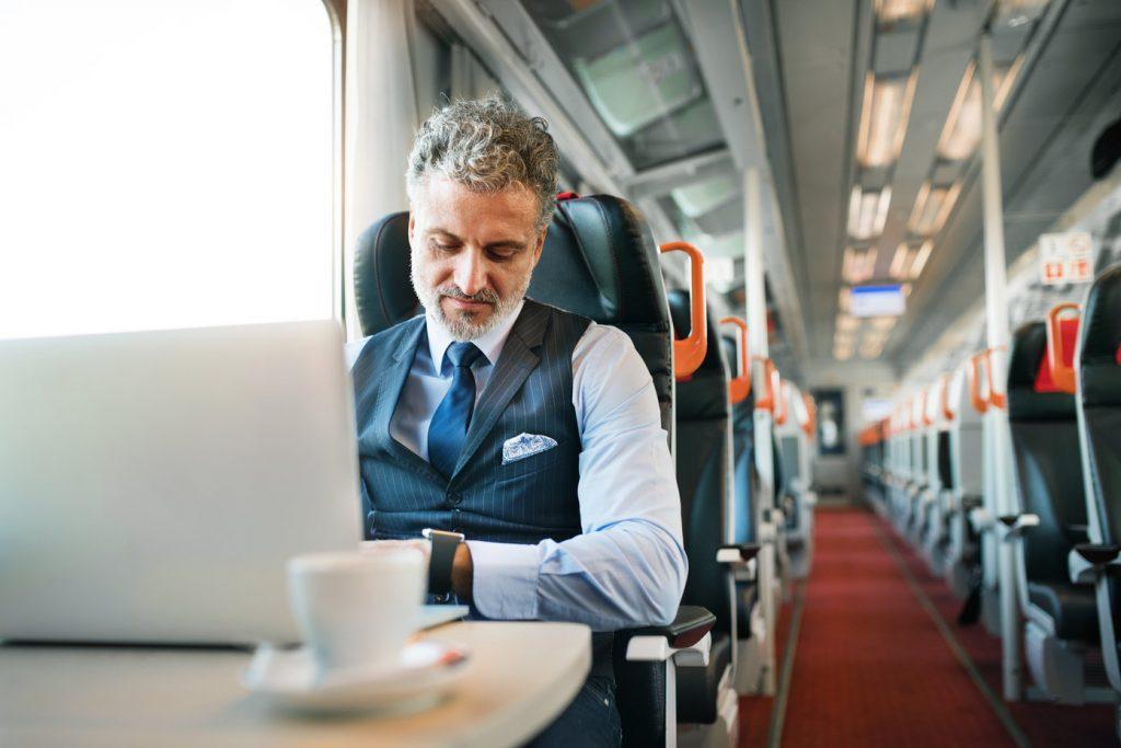 Businessman w pociągu POLREGIO